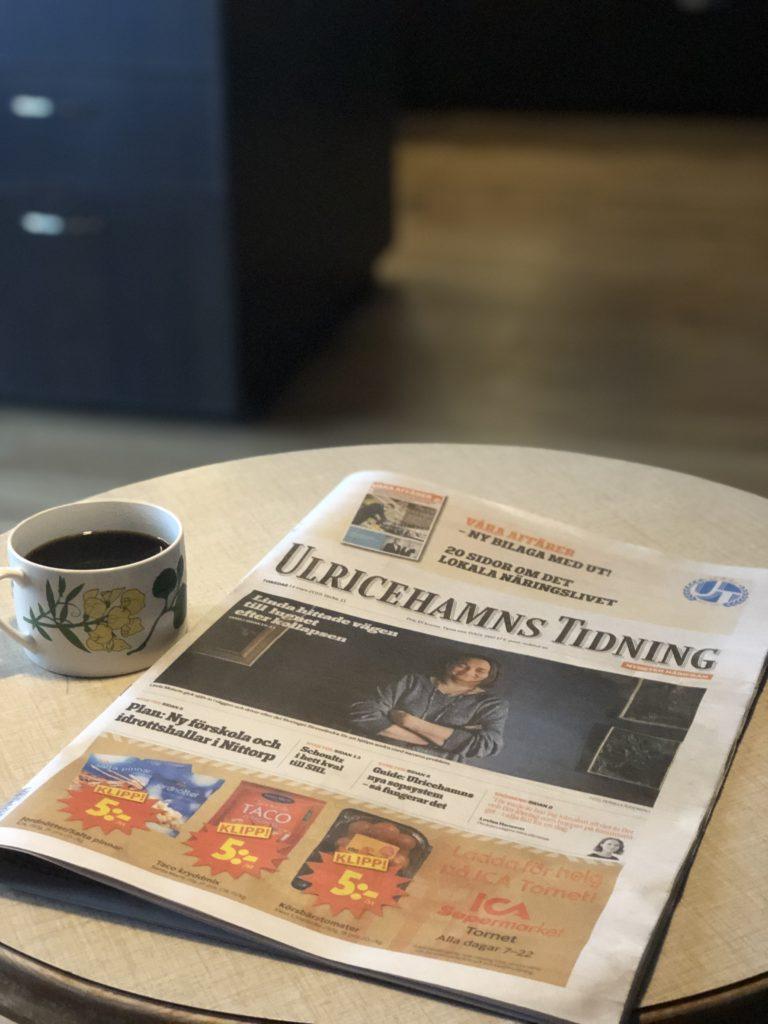 Bild på frukostbord med kaffe och Ulricehamns Tidning