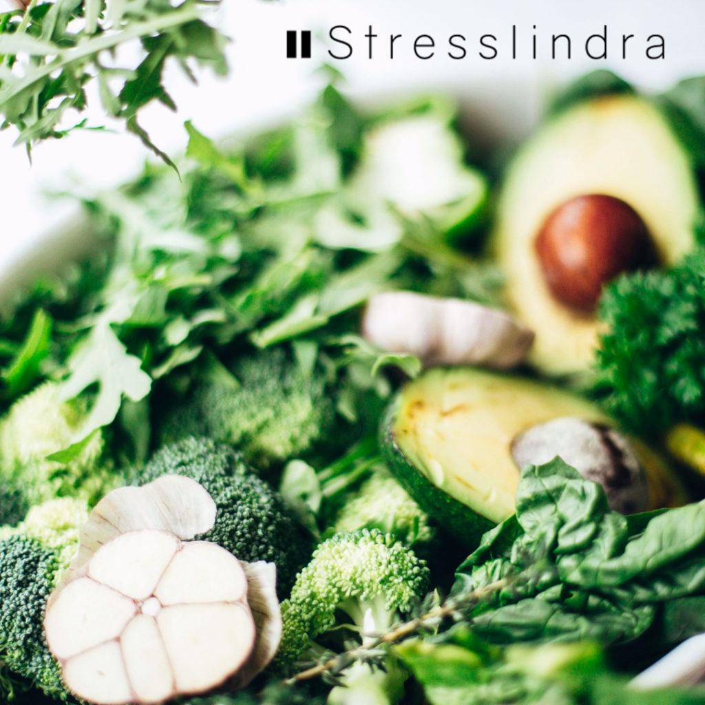 boostande nyttig grön sallad med avokado broccoli spenat vitlök mm